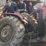 Virajı alamayan traktör devrildi: 2 yaralı
