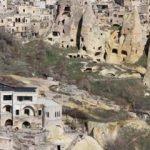 İP'li başkan adayı otelinin yıkılmaması için yolu kapattı
