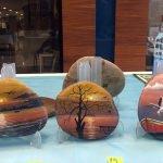 Çakıl taşlarına yaptığı minyatür tablolardan sergi açtı