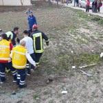 Durağa çarpan otomobil tarlaya devrildi: 3 yaralı