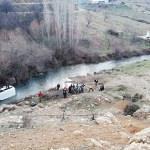 Malatya'da minibüs dereye devrildi: 2 yaralı