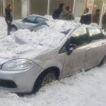 Çatıdan düşen kar 8 aracı kullanılmaz hale getirdi!