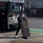 Çaldığı ATM cihazıyla otobüse binmek istedi...