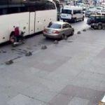 Motosikletle çarptığı kadını bırakıp kaçtı