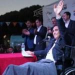 AK Parti'li aday, alçılı ayakla tekerlekli sandalyede miting yaptı