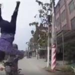 Korkunç görüntüler! Motosiklet sürücüsü ölümden döndü