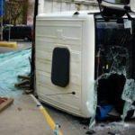 Pendik'te cam yüklü kamyon yola devrildi