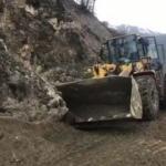 Dağdan kopan dev kaya parçası yolu kapattı