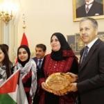 Dünya Çocuklarından Vali'ye barış ekmeği