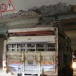 Gaziosmanpaşa'da kamyon köprüye takıldı