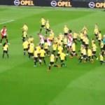 120 kişiye karşı 11 futbolcu! Böyle maç görülmedi