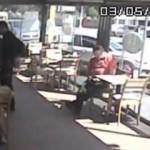 Garson şüphelendiği müşteriyi polise bildirdi, ortalık karıştı!