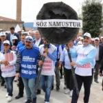 İşten çıkarılan işçiler Bolu Belediyesi'ne siyah çelenk bıraktı