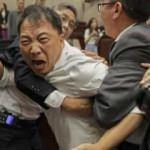 Hong Kong parlamentosunda kavga çıktı!