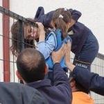 Eli demir korkuluklara sıkışan çocuğu itfaiye kurtardı