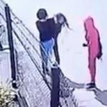 İki kız, yanlarındaki kızı sıkıştırdı!