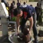 Afrikalı çocuğun su sevinci duygulandırdı