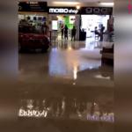 Alışveriş merkezini su basarken sokak müzisyenlerinden ilginç şarkı
