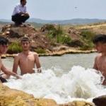 Arazi ortasında köylülerin 'doğal jakuzi' keyfi
