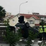 Kıbrıs'ta hortum araçları devirdi