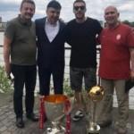 G.Saray'ın şampiyonluk kupalarıyla poz verdi
