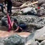 Selde çamur olan Türk Bayrağı'nı yıkayıp böyle dalgalandırdılar