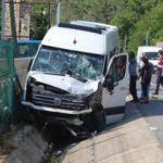 Feci kaza: Rus turistleri taşıyan minibüs TIR'la çarpıştı