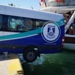 Geri hareket eden minibüs tekneye çarpıp, askıda kaldı
