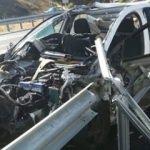 Korkunç kaza! Otomobil bariyerlere girdi