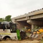 Yolcu otobüsü su kanalına uçtu: 29 ölü
