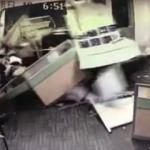 Kadın sürücü fren yerine gaza basınca ofise daldı