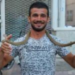 Görenler inanamadı! Zehirli yılanı yakalayıp bunu yaptı