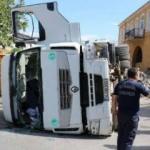 Taş yüklü kamyon devrildi, saniyelerle kurtuldu