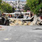 Bahçelievler'de yol çöktü! İSKİ borusu patladı