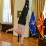 Büyükelçi, cumhurbaşkanının yanında amuda kalkınca...