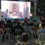 Esenlerli vatandaşların yaz neşesi açık hava sineması oldu