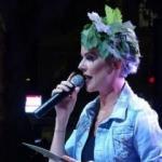 Sahneye saçına taktığı asma yaprakları ile çıktı