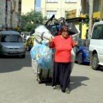 Eşi ölen kadın ekmeğini çöpten çıkarıyor