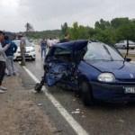 Kazazedelere yardım için duran minibüse otomobil çarptı