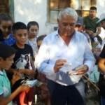 Mezarlık ziyaretine gelenlere para dağıttı