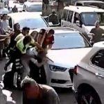 Park cezası yazmak isteyen polis ile esnaf arasında arbedesi