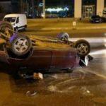 Düşürdüğü cep telefonunu ararken kaza yaptı