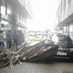 Fırtına çatıyı uçurdu: 4 araç zarar gördü