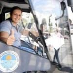 Yol süpürme aracının kadın şoförü