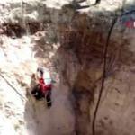 15 metrelik obruğa düşen kediyi itfaiye kurtardı