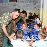 Türk askeri, Kosovalı öğrencilerin yüzünü güldürdü