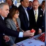 Eminönü Meydanı'nda 15 bin baklava dilimi dağıtıldı.