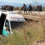 Otomobilin çarptığı yolcu minibüsü dereye uçtu: 9 yaralı