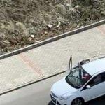 Arabada darp edilen kadını vatandaşlar kurtardı