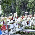 Tehlikeli provokasyon! Şehitlikte teröristbaşı Öcalan sloganı attı, vatandaş yakaladı...